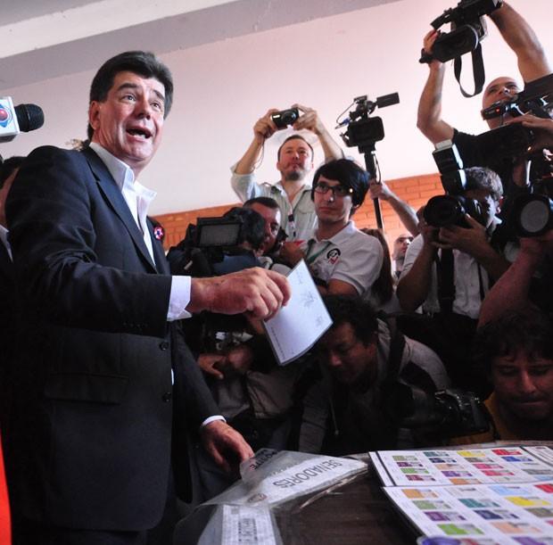 Ex-ministro de Obras Públicas Efrain Alegre durante votação em Assunção (Foto: Norberto Duarte/AFP)