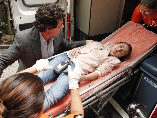 Na cena, Clara aparece em uma maca amparada por Gabriel (Foto: Amor Eterno Amor/TV Globo)