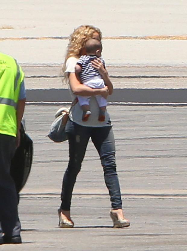 Shakira com o filho, Milan, em aeroporto em Los Angeles, nos Estados Unidos (Foto: Grosby Group/ Agência)
