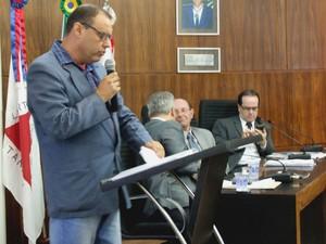 Representante da Santa Casa de Formiga usa tribuna da Câmara local (Foto: SCF/Divulgação)