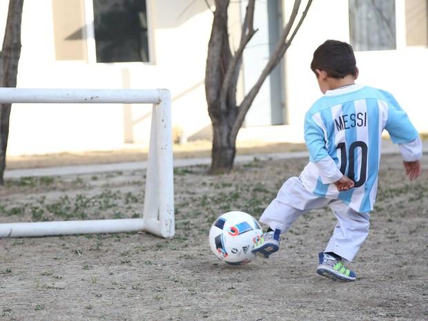 Murtaza Ahmadi brinca com camisa e bola que ganhou de Messi (Foto: Reprodução/Facebook/Unicef Afghanistan)