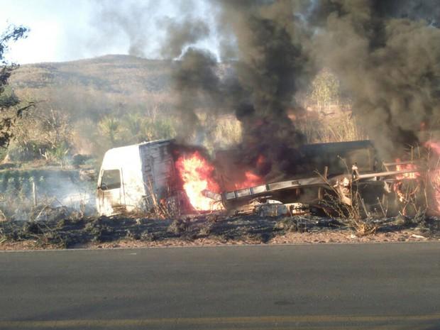 Carro e uma das carretas pegaram fogo em acidente no domingo (17) (Foto: Edivaldo Braga/ blogbraga)