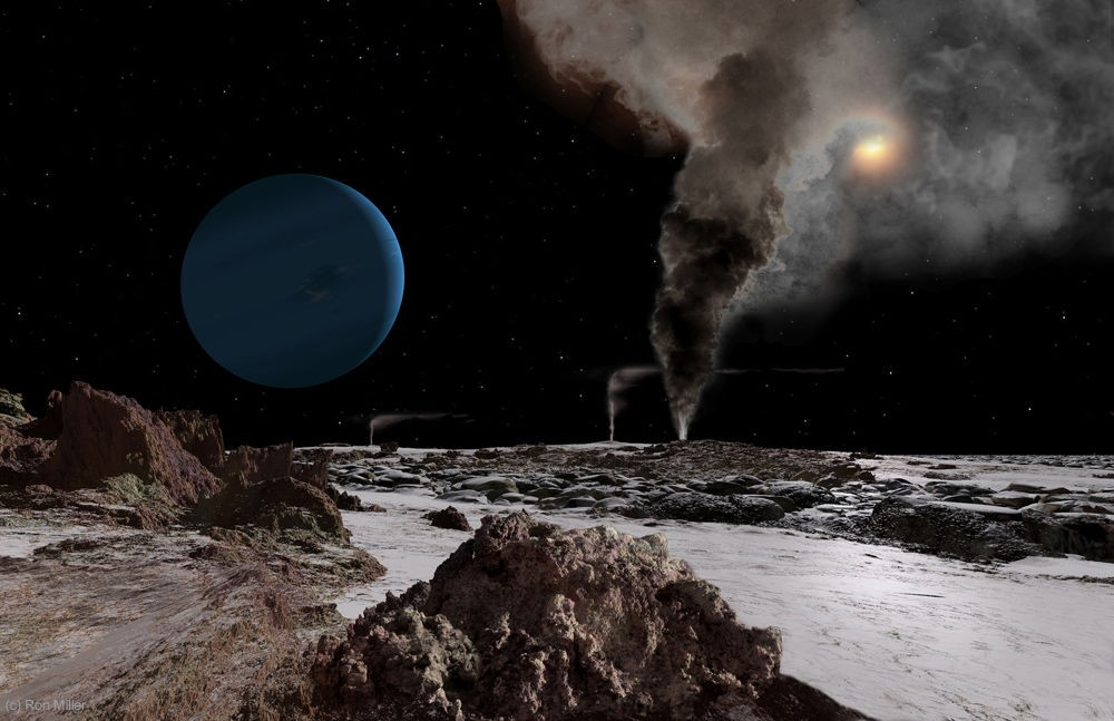 O Sol e Netuno vistos a partir da superfície da lua Tritão, a 4,5 bilhões de quilômetros da estrela. Vapores emitidos por vulcões de gelo esfumaçam o disco solar (Foto: Ron Miller | Divulgação)