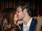 Camila Queiroz troca beijos com o namorado em premiação
