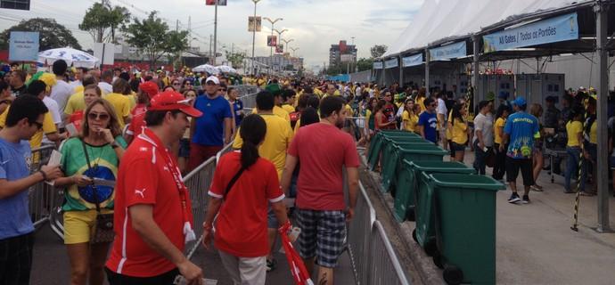 Apesar da multidão, torcedores entram de forma rápida na Arena Amazônia (Foto: Bruno Willemon)