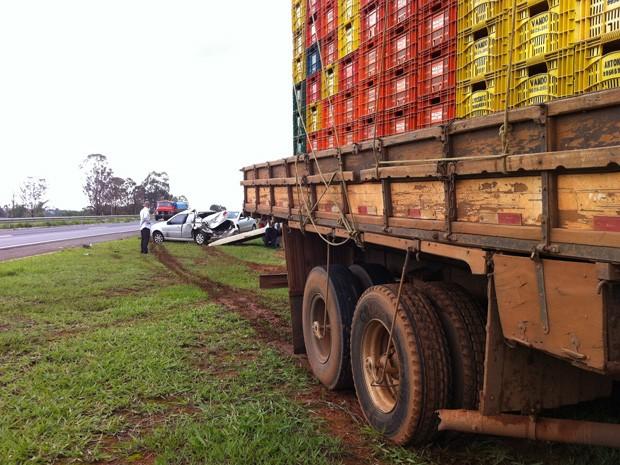 Caminhão bateu em dois carros e também foi parar em cima do canteiro central da BR-020 (Foto: Káthia Mello/G1)