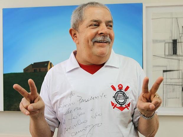 Lula recebe camisa do Corinthians de presente do ex-jogador Rivelino (Foto: Ricardo Stuckert/Instituto Lula)