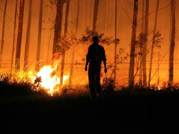 Bombeiros trabalharam no local para apagar as chamas (Foto: Juliano Cidro/Sudoeste Notícias)