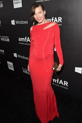 Grávida, Milla Jovovich em evento em Los Angeles, nos Estados Unidos (Foto: Jason Merritt/ Getty Images/ AFP)