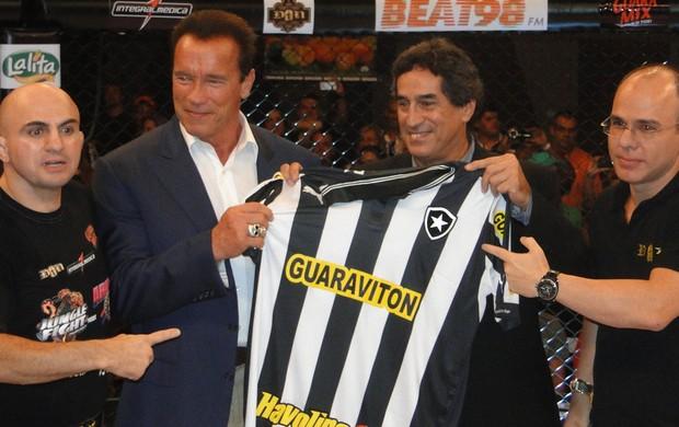 Jungle Fight Arnold Schwarzenegger camisa Botafogo (Foto: Divulgação)