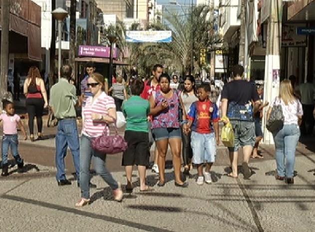 Movimento no calçadão de Rio Preto foi grande durante o dia (Foto: Reprodução / TV Tem)