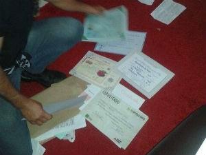 Diversos documentos foram apreendidos na casa do suspeito. (Foto: Dirceu Marques)