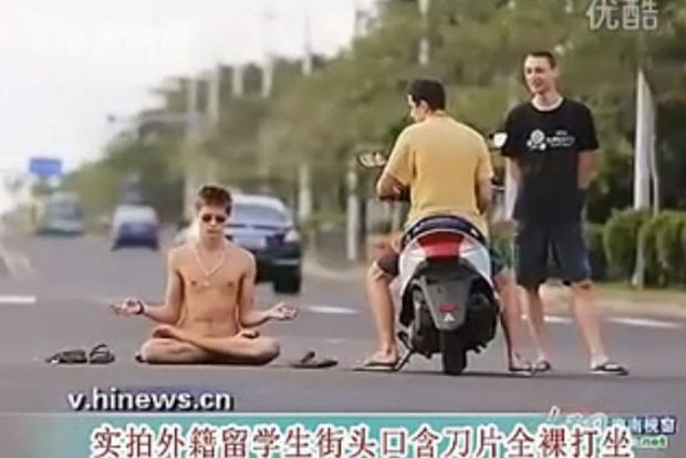 Limag Bodrov tirou a roupa no meio da via e começou a meditar (Foto: Reprodução/YouTube/Paikechina)