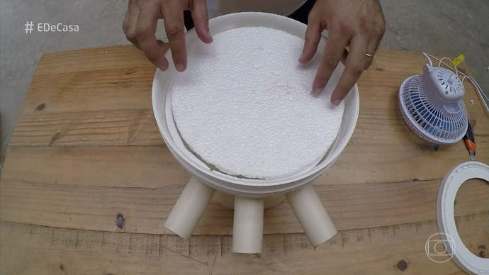 Faça o isolamento com o segundo circulo de isopor, antes de colocar a tampa. (Foto: TV Globo)