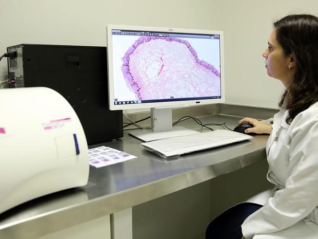 Professora Eveline Turatti é uma das responsáveis pelo Laboratório de Anatomia Patológica Bucomaxilofacial da Unifor (Foto: Ares Soares/Unifor/Divulgação)