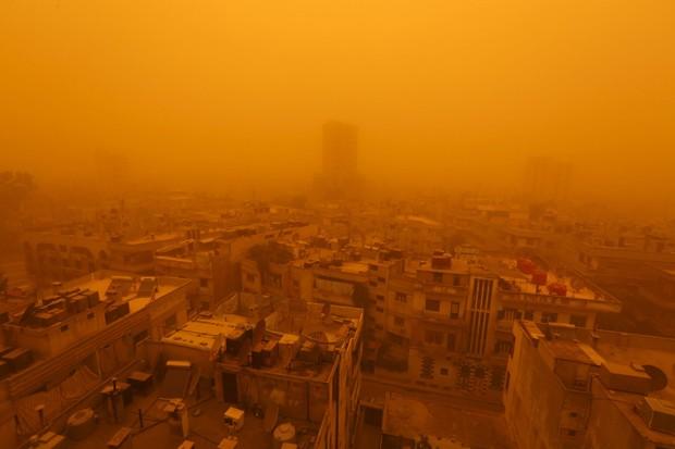 Vista da cidade de Homs, na Síria, nesta segunda-feira (7) mostra tempestade de areia (Foto: Reuters/Omar Sanadiki)