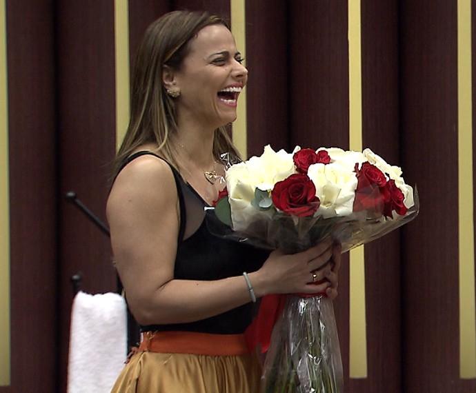 Viviane Araújo abre sorrisão ao ganhar flores no ensaio desta terça, 24 (Foto: Gshow)