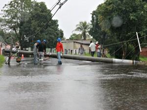 Funcionários tentam conserta poste que caiu em rua.  (Foto: Karô Produções / Divulgação )