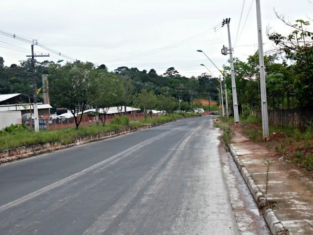 Corpo foi encontrado em área de mata na Avenida do Turismo, na Zona Oeste da cidade (Foto: Suelen Gonçalves/G1 AM)
