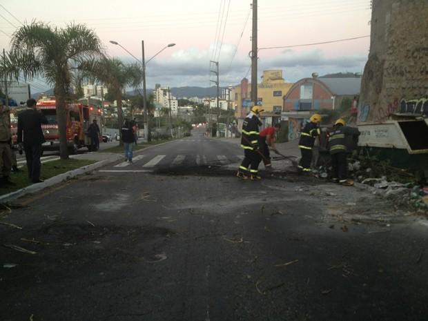 Bombeiros foram recebidos com disparos (Foto: Sérgio Guimarães/RBS TV)