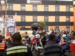 Motociclistas do Sindimoto-SP (Sindicato dos Mensageiros Motociclistas, Ciclistas e Moto-Taxistas de São Paulo) faziam uma mobilização em frente à sede da entidade, no Brooklin, Zona Sul, às 10h desta sexta-feira (1º). Eles protestam contra as novas regra (Foto: Tatiana Santiago/G1)