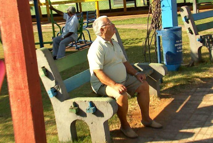Carinho e zelo na hora de cuidar da praça do bairro (Foto: Reprodução / TV TEM)