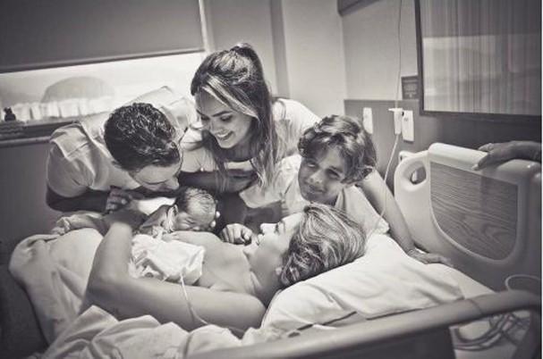 Kelly Key, marido Mico Freitas e filhos Suzanna e Jaime Vitor posam com o novo membro da família, Artur (Foto: Reprodução/Instagram)