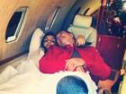 Ivete Sangalo descansa em jatinho com o promoter David Brazil