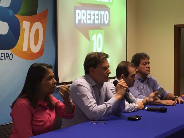 Marcelo Crivella se reuniu com o comitê eleitoral na manhã desta segunda-feira (3) para discutir a campanha para o segundo turno das eleições no Rio (Foto: Cristina Boeckel / G1 Rio)