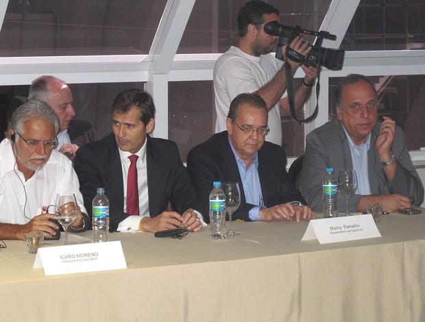 Icário, presidente do EMOP, e Pezão, vice-governador do RJ FIFA (Foto: Marcelo Baltar / Globoesporte.com)