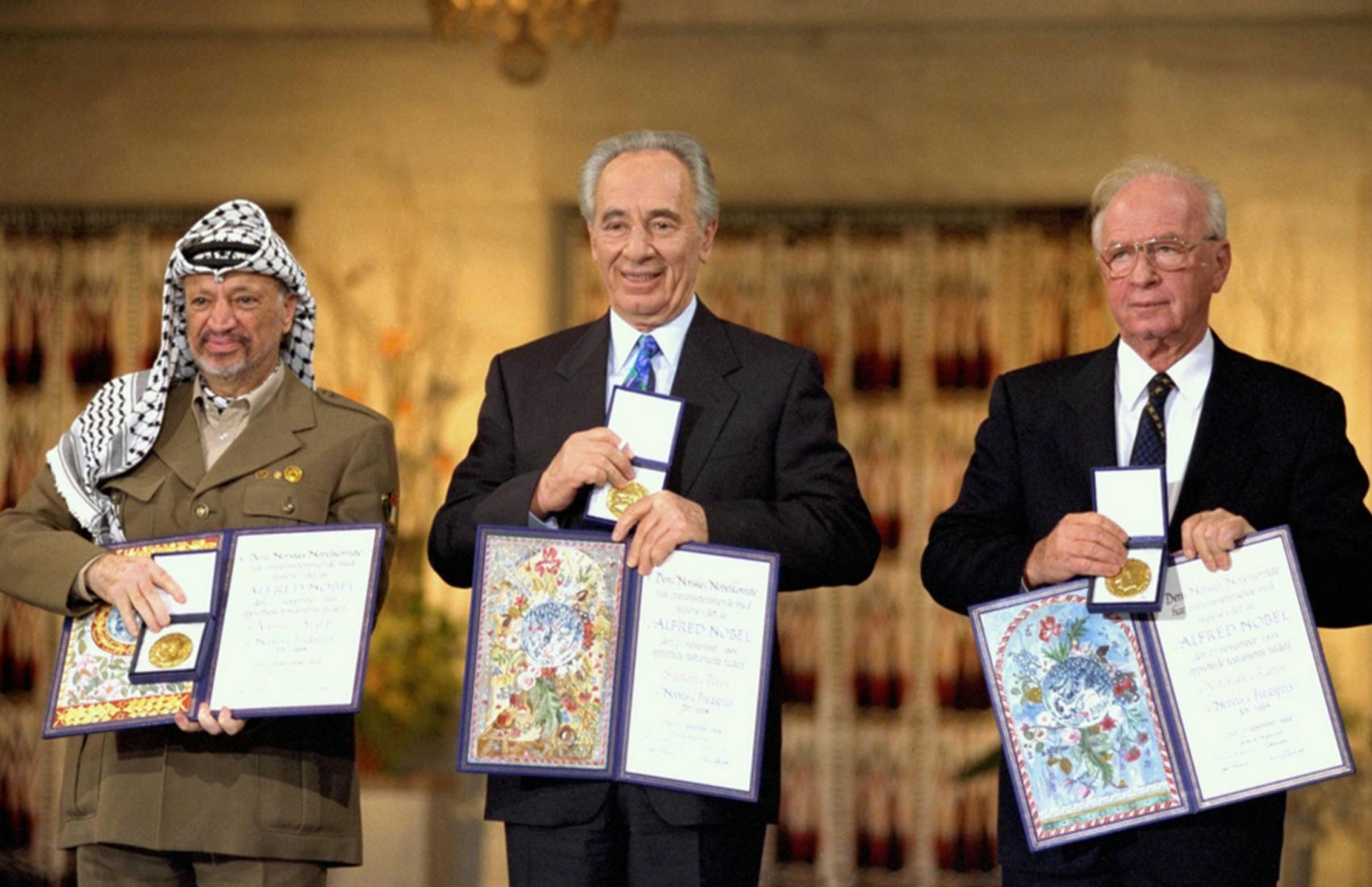Shimon Peres (centro) recebe o Nobel da Paz com Yasser Arafat e Yitzak Rabin (Foto: Israel/Government Press Office)