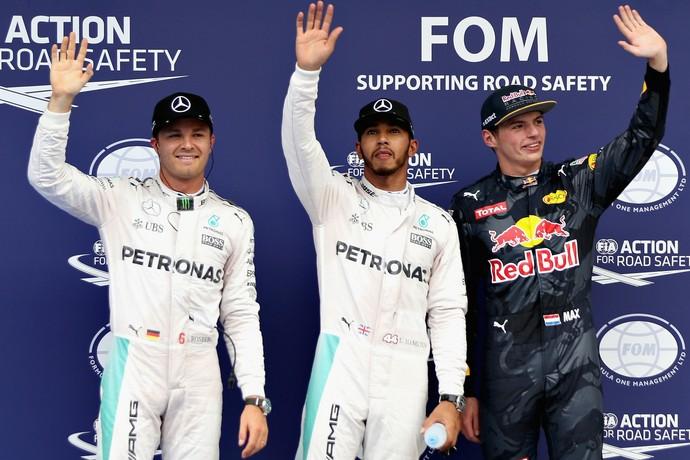 Lewis Hamilton, entre Nico Rosberg e Max Verstappen. Os primeiros do grid no GP da Malásia (Foto: Getty Images)