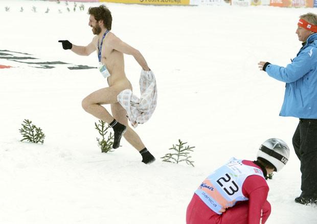 Um homem pelado invadiu área onde era realizada uma etapa da Copa do Mundo de salto de esqui, neste domingo (24), em Planica, na Eslovênia (Foto: Srdjan Zivulovic/Reuters)