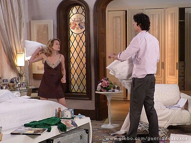 Juliana quebra tudo antes de fazer as pazes com Nando (Foto: Guerra dos Sexos / TV Globo)
