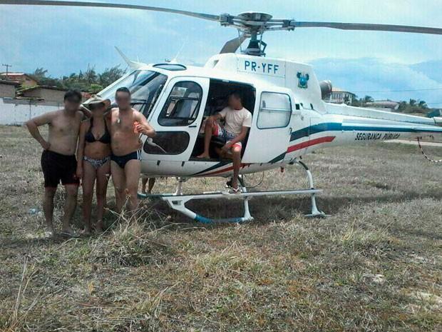 Homem aparece dentro de helicóptero da polícia potiguar em foto divulgada nas redes sociais (Foto: Reprodução/Twitter)