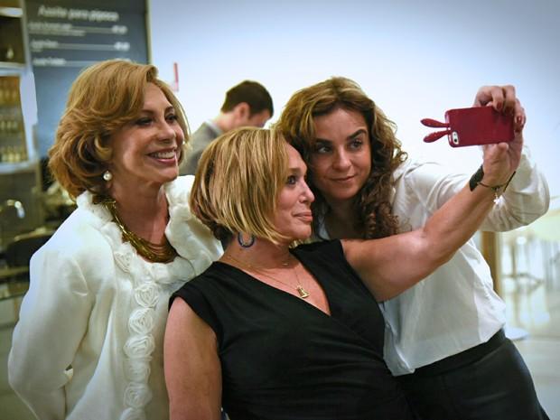 As atrizes fazem selfie com Maria de Médicis, diretora geral da novela (Foto: Raphael Dias / Gshow)
