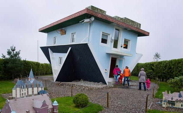 Casa construída de cabeça para baixo é atração turística em Trassenheide (Foto: Jens Büttner/DPA/AFP)