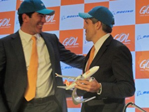 À esquerda, Constantino Jr., presidente do conselho de administração da Gol, e à direita o presidente da companhia, Paulo Kakinoff (Foto: Simone Cunha/G1)
