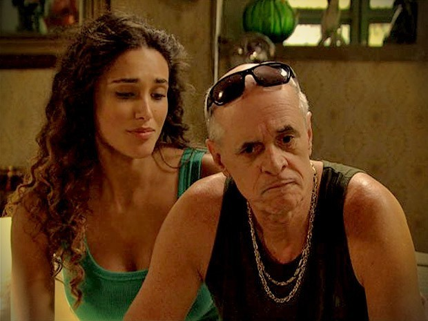 Leleco descobre que Tessália mentiu e hóspede é um ex-namorado (Foto: Divulgação/TV Globo)
