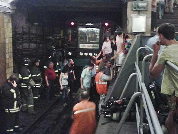 Imagem feita pela câmera de um telefone celular mostra bombeiros no túnel da estação. (Foto: Eco Moskvy / Andrey Poznyakov / AP Photo)