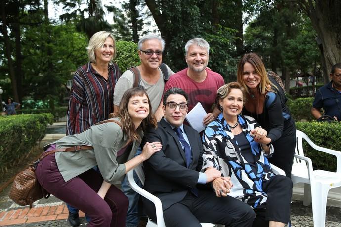 Elenco e equipe de Haja Coração rodam primeiras cenas em São Paulo e posam com o diretor artístico Fred Mayrink (Foto: Carol Caminha / Gshow)