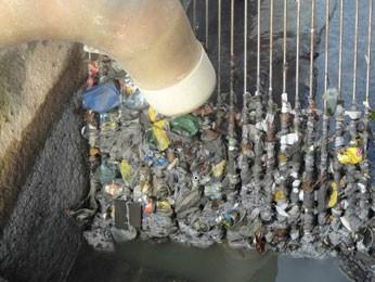 Lixo preso da grade da Estação de Tratamento de Esgoto Cabanga, no Recife. (Foto: Divulgação)