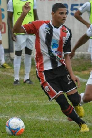 Lessinho num dos poucos momentos em que teve a bola nos pés no empate com o Rio Branco (Foto: Adriano Barbosa/AD Serra FC)