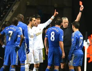 Eden Hazard recebe cartão vermelho na partida do Chelsea (Foto: AFP)