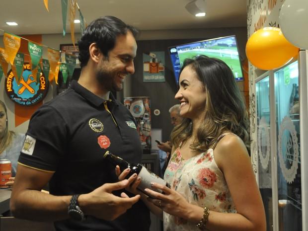 Ao lado da esposa, cervejeiro de Poços de Caldas (MG) comemora cerveja premiada em concurso (Foto: Lúcia Ribeiro/G1)