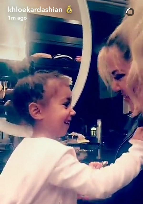 A celebridade Khloé Kardashian com a sobrinha, North West (Foto: Snapchat)