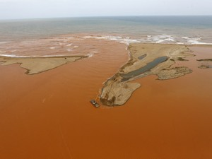 Foz do Rio Doce é tomada por lama de mineração (Foto: Ricardo Moraes/Reuters)