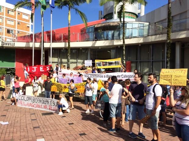 Professores também protestaram em Joinville  (Foto: Cinthia Raash/RBS TV)