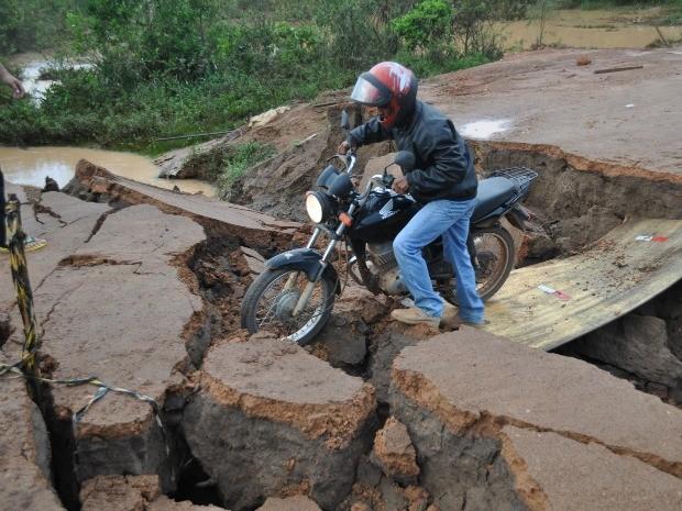 Motociclistas se arriscaram para ter acesso ao outro lado da pista (Foto: Jonatas Boni/G1)