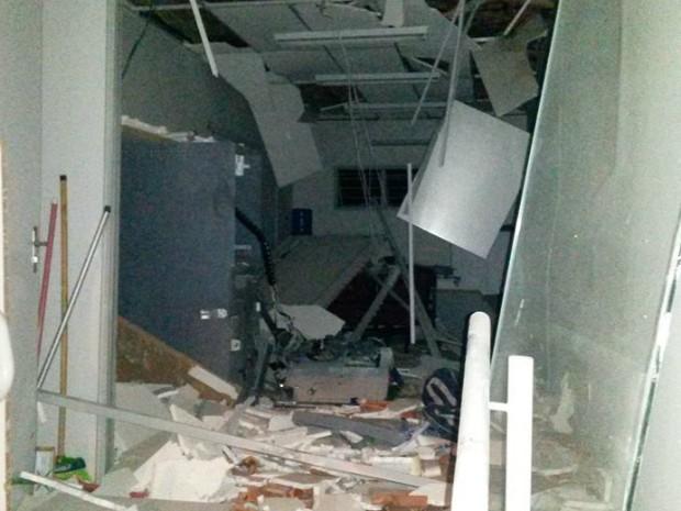 Caixas eletrônicos ficaram totalmente destruídos (Foto: TEM Você/ João Gomes Neto)